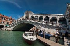 有游人和小船的Rialto桥梁在大运河,威尼斯 免版税库存照片