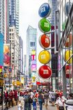 有游人和M&M的街道广告的时报广场 库存照片