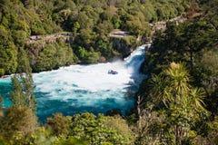 有游人的一条喷气机小船Huka的落,新西兰 库存图片