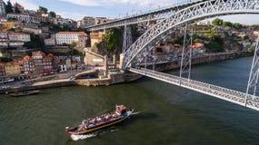 有游人的一艘船在桥梁dom雷斯下我n波尔图,葡萄牙, 2017年5月17日 库存图片