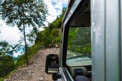 有游人的公路车辆在安纳布尔纳峰保护地区,尼泊尔 库存图片