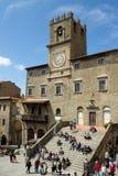 有游人的城镇厅在科尔托纳意大利 免版税库存图片