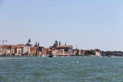 有游人的客船在威尼斯附近的亚得里亚海, 库存照片