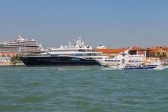 有游人的客船在威尼斯附近的亚得里亚海, 库存图片
