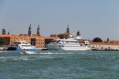 有游人的客船在威尼斯附近的亚得里亚海, 免版税库存图片