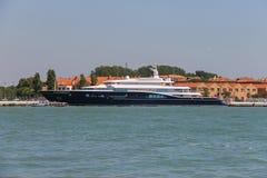有游人的客船在威尼斯附近的亚得里亚海 免版税库存照片