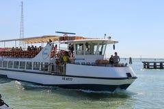 有游人的客船在威尼斯, I附近的亚得里亚海 库存照片