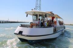 有游人的客船在威尼斯, I附近的亚得里亚海 免版税库存照片