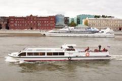 有游人的客轮在莫斯科r在船上漂浮 免版税库存图片