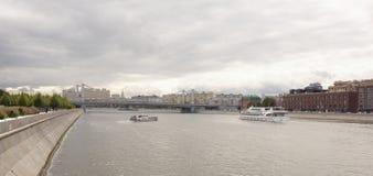 有游人的客轮在莫斯科ri在船上漂浮 库存图片