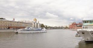 有游人的客轮在莫斯科riv在船上漂浮 库存照片