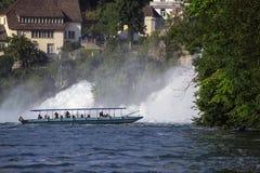 有游人的小船严密地倾吐对在莱茵河r的瀑布 库存图片