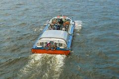 有游人的小船在内娃关闭水区域  顶视图 免版税图库摄影