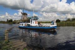有游人的小船在小孩堤防在荷兰 图库摄影