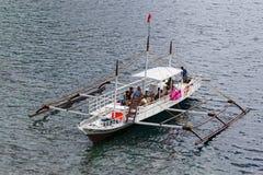 有游人的小船在海 El Nido,菲律宾 免版税图库摄影