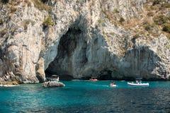 有游人的小船在Grotta比安卡和Grotta Meravigliosa,卡普里岛附近, 库存照片