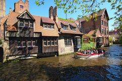 有游人的小船 美丽的运河和老,传统房子在布鲁日镇  免版税库存图片
