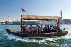 有游人的小船 免版税图库摄影