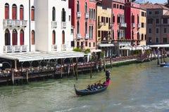 有游人的平底船的船夫Gran运河的 威尼斯,意大利- 23 04 2016年 图库摄影