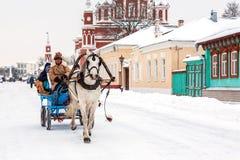 有游人的支架在古老俄国镇的心脏 库存照片