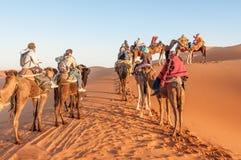 有游人的有蓬卡车在撒哈拉大沙漠 库存图片