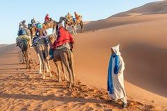 有游人的有蓬卡车在撒哈拉大沙漠 免版税库存图片