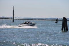 有游人的汽船在Vienice,意大利附近的亚得里亚海 库存照片