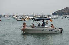 有游人的汽艇口岸的 图库摄影