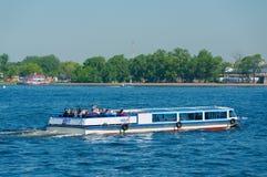 有游人的河公共汽车,圣彼德堡 免版税图库摄影