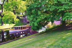 有游人的游船一条运河的在里加在春天 库存图片