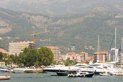有游人的游船在布德瓦中水域在黑山 免版税库存图片