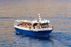 有游人的游览小船 库存照片