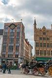 有游人的用马拉的支架在格罗特Markt,布鲁日, Belgi 免版税库存照片