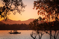 有游人的繁体中文木休闲小船 库存图片