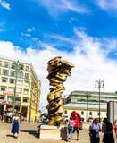 有游人的老镇中心在布拉格,捷克 免版税库存照片