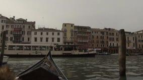 有游人的长平底船一次旅行的通过狭窄的渠道在威尼斯,意大利 股票录像
