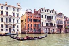 有游人的长平底船在大运河,威尼斯航行 免版税库存照片