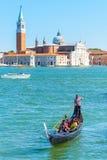 有游人的长平底船在威尼斯 库存图片