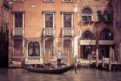 有游人的长平底船在威尼斯 免版税库存照片
