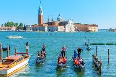 有游人的长平底船在威尼斯 图库摄影