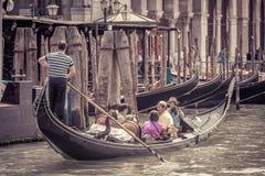 有游人的长平底船大运河的在威尼斯 免版税库存图片