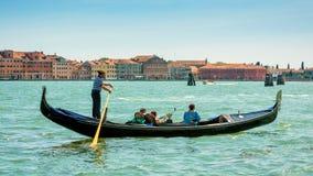 有游人的长平底船大运河的在威尼斯 库存图片