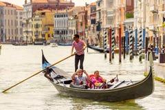 有游人的长平底船大运河的在威尼斯 图库摄影