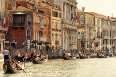 有游人的长平底船大运河的在威尼斯 免版税图库摄影