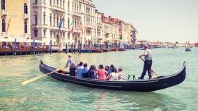 有游人的长平底船大运河的,威尼斯,意大利 免版税图库摄影