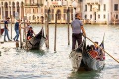 有游人的长平底船大运河的,威尼斯 免版税库存图片