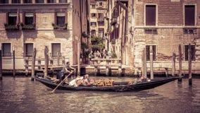 有游人的长平底船沿大运河漂浮在威尼斯 库存照片
