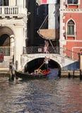 有游人的长平底船 库存照片