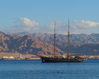 有游人的风船在红海反对山和亚喀巴港  免版税库存图片