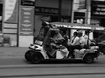 有游人的高尔夫车在克拉科夫 免版税库存图片
